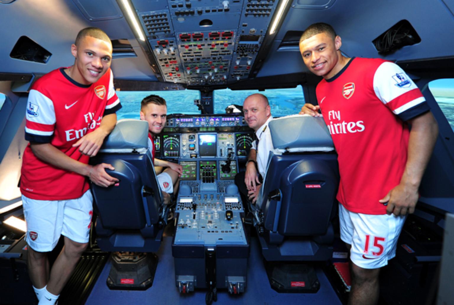 piłkarze Arsenalu podczas sesji reklamowej Fly Emirates